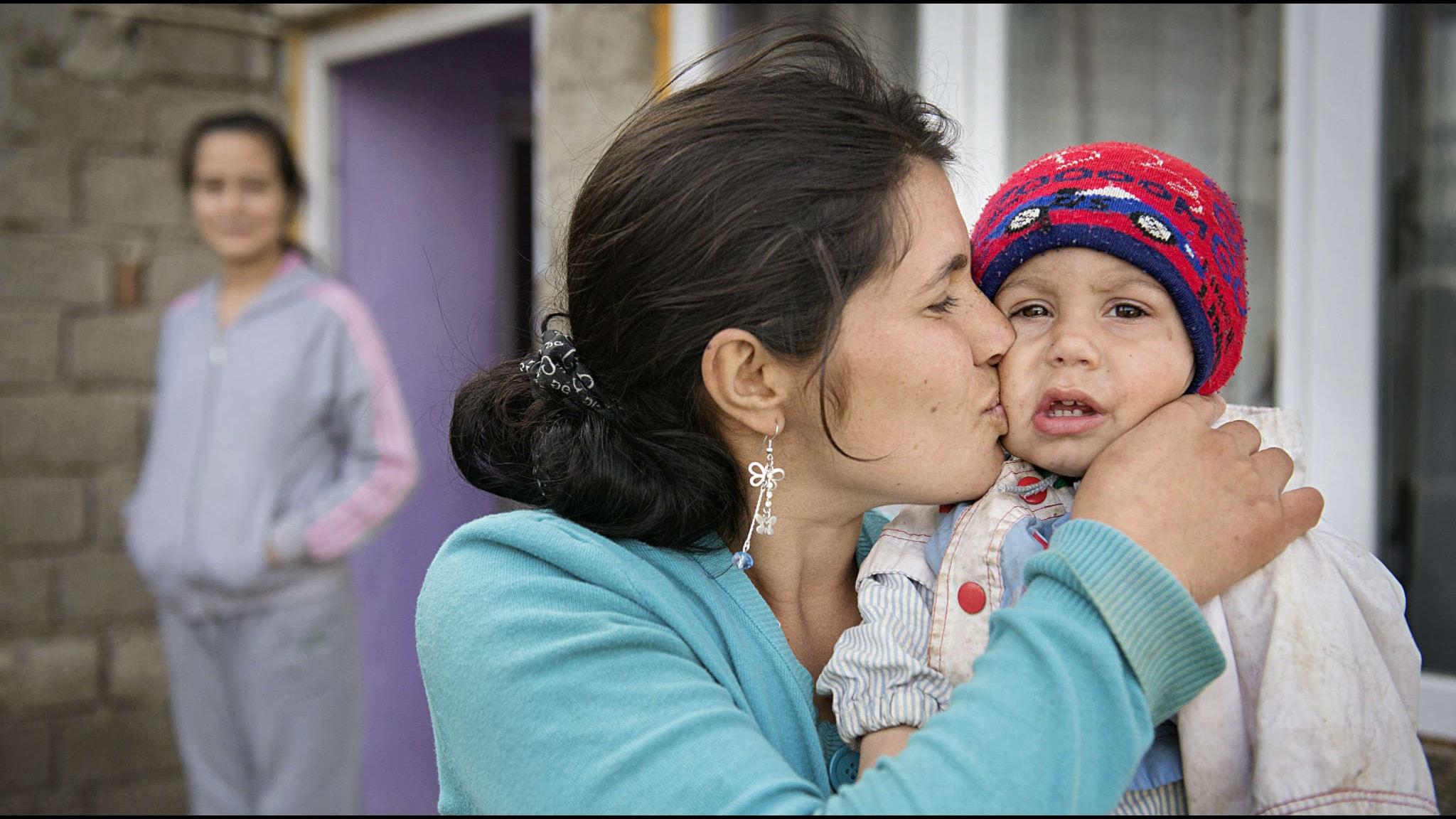 Daniela Gitza med sina barn i den rumänska byn Malu Vanat Foto: Jessica Gow