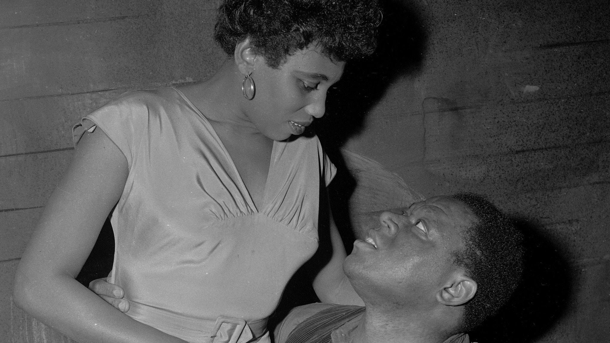 Svartvit bild på Leontyne Price som Bess och William Warfield som Porgy. Berlin 1952.