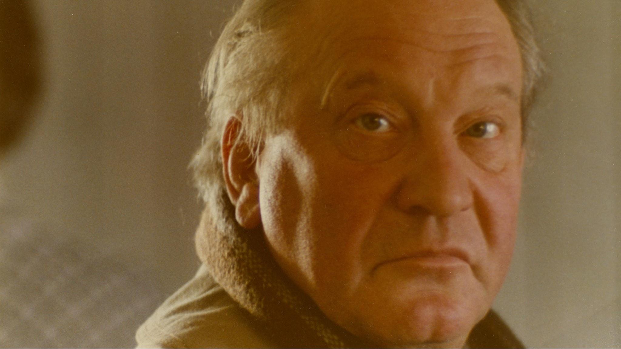 Carl Gustaf Lindstedt är kommissarie Beck i Mannen på taket.