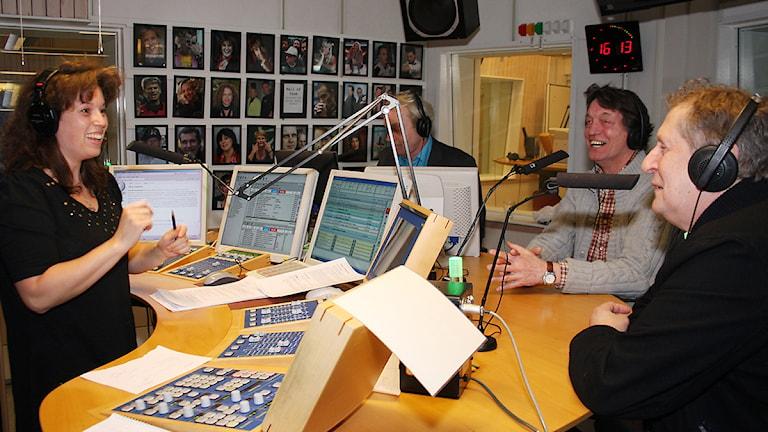 Glada herrar på besök i studion. Foto: Hans Andersson/SR Sörmland
