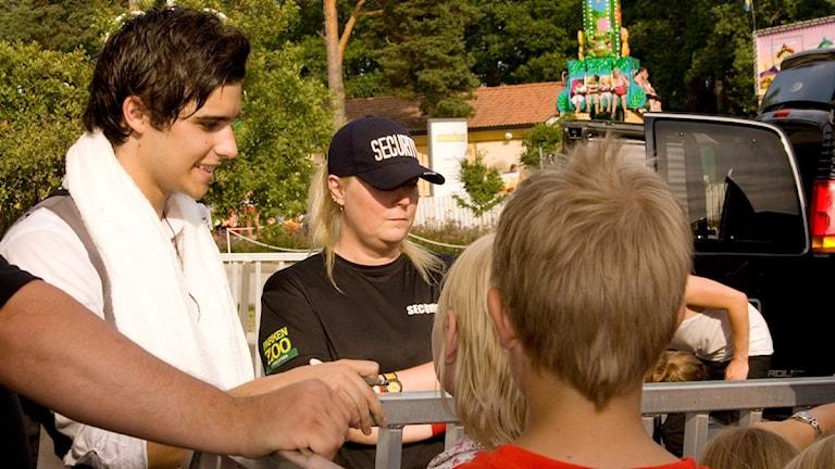 Eric Saade skriver autografer i Eskilstuna. Foto: Pia Lindhe Rudolf