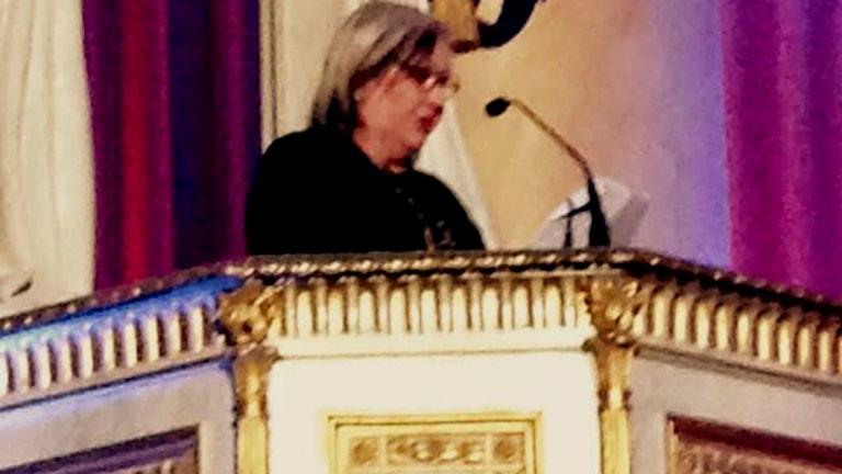 Kerstin Behrendtz läser motiveringen när Carola blev invald i Swedish Music Hall Of Fame. (Foto: Emma Behrendtz)