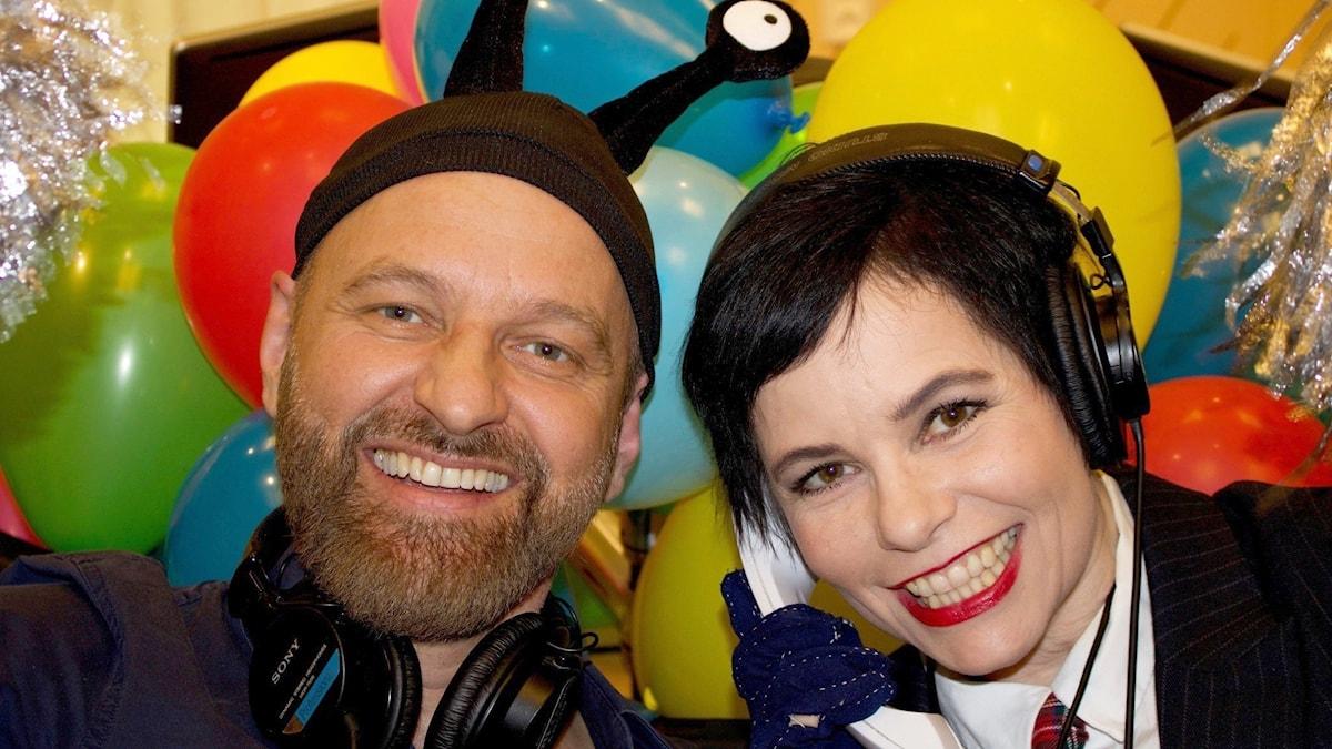 Björn Kjellman och Carolina Norén. En man och en kvinna framför ett hav av ballonger