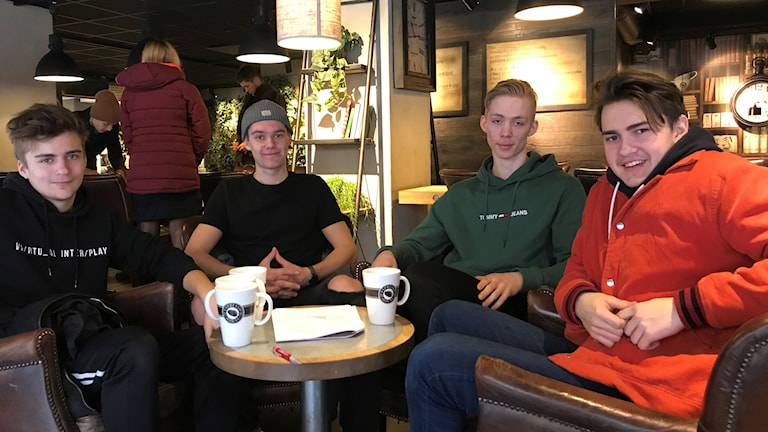 Fyra killar på café