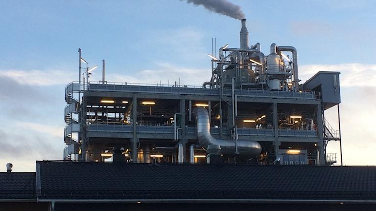 En fabrik med många metallrör där dieselbränsle tillverkas av tallolja