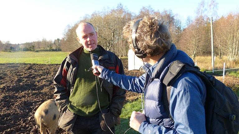 Reporter Gustaf Klarin intervjuar en lantbrukare.