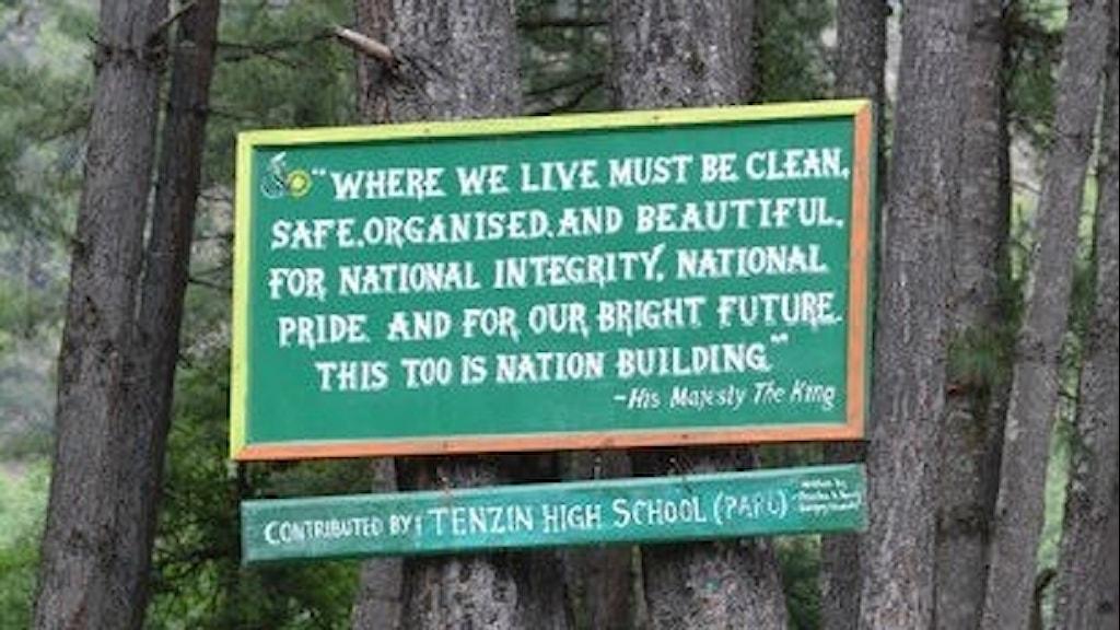 I Bhutan sätter man naturen i fokus, här en skylt som berättar att det är viktigt att ta väl hand om naturen.