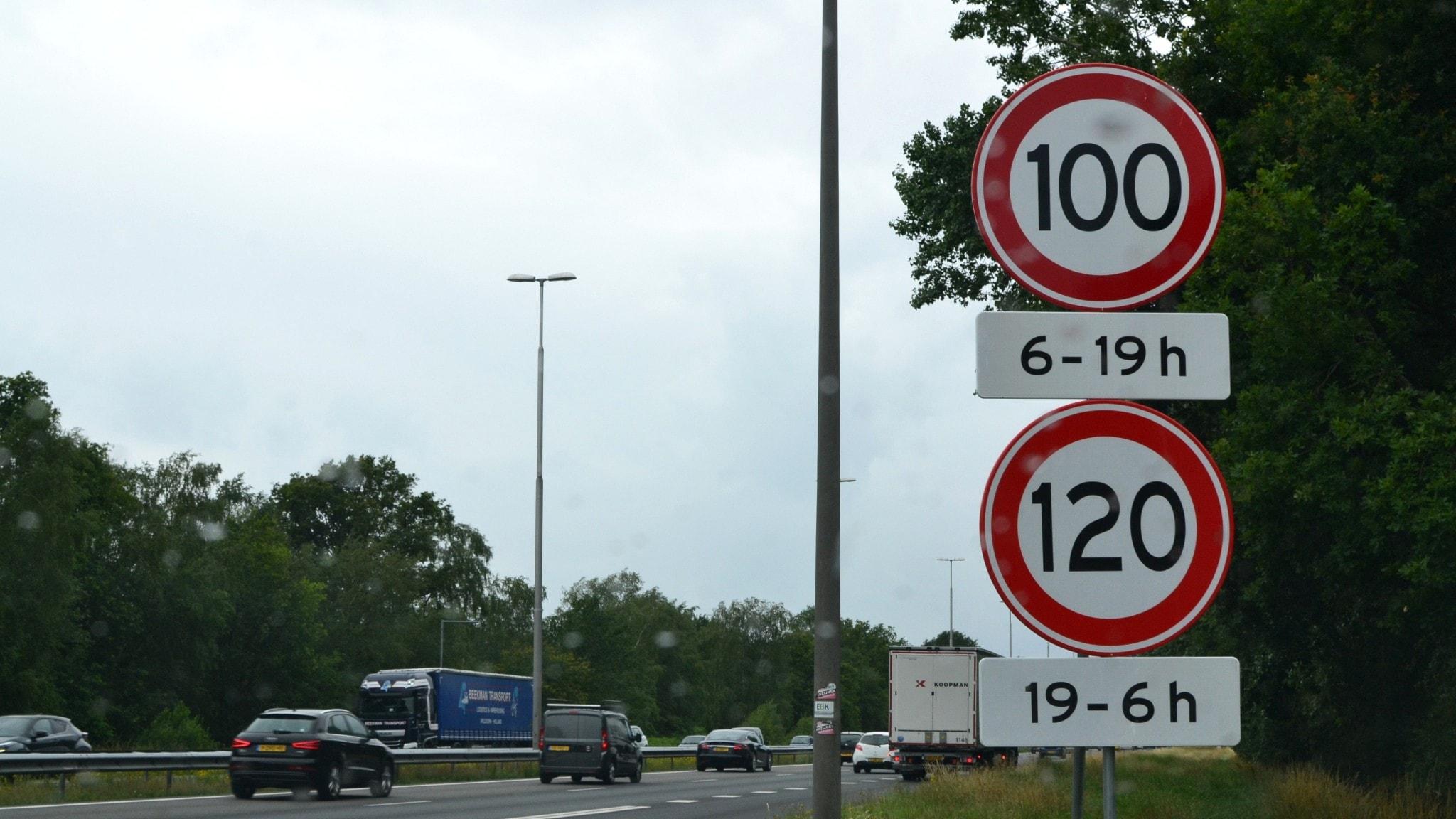 I Nederländerna har man sänkt maxfarten på motorvägen efter att en miljöorganisation vunnit en rättsprocess.