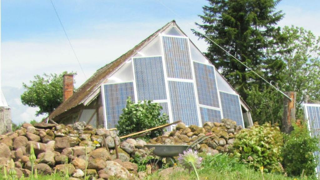 olcellerna på denna fasad lagrar el i blybatterier. Foto: Hanna Westerlund/SR