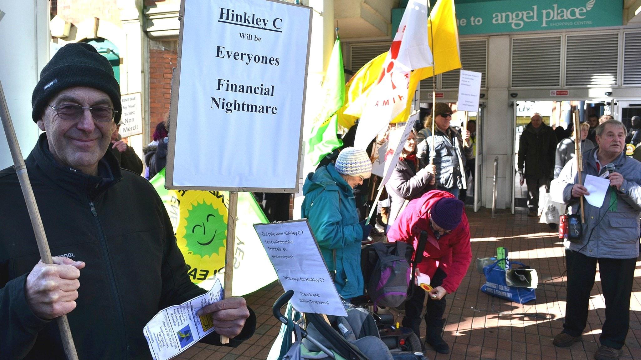 Antikärnkraftsdemonstranter utanför köpcentrum i Hinkley Point 2016.