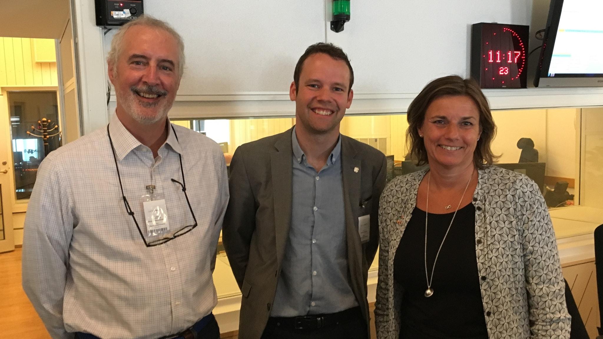 Tre personer i en radiostudio: klimatminister Isabella Lövin (MP), Centerpartiets Rickard Nordin och klimatforskare Kevin Noone, Stockholms universitet.