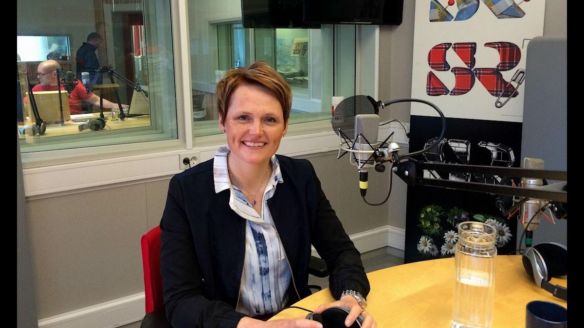 It- och energiminister Anna-Karin Hatt i Klotets studio. Foto: Charlotte Delaryd/ Sveriges Radio