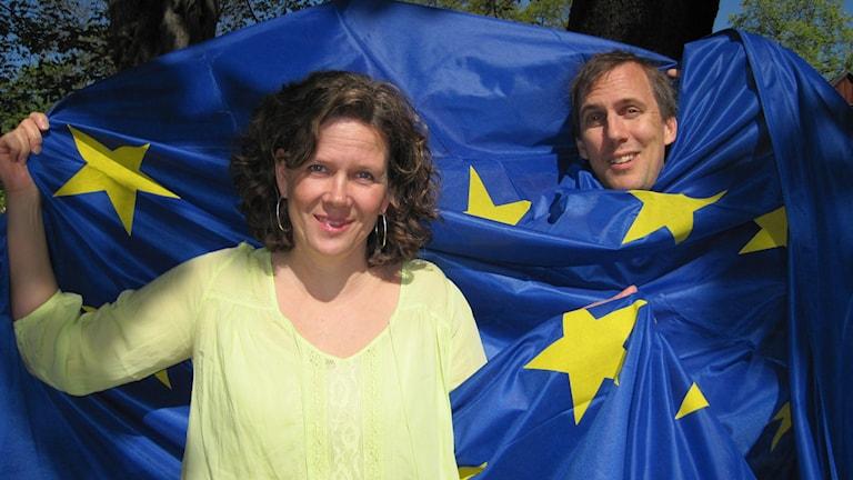 Miljön är den fråga svenskarna tycker är viktigaste i EU-valet.Klotets Marie-Louise Kristola och Johan Bergendorff berättar vilka miljöfrågor de olika partierna vill driva. Foto: Katarina Wikars/ Sveriges Radio