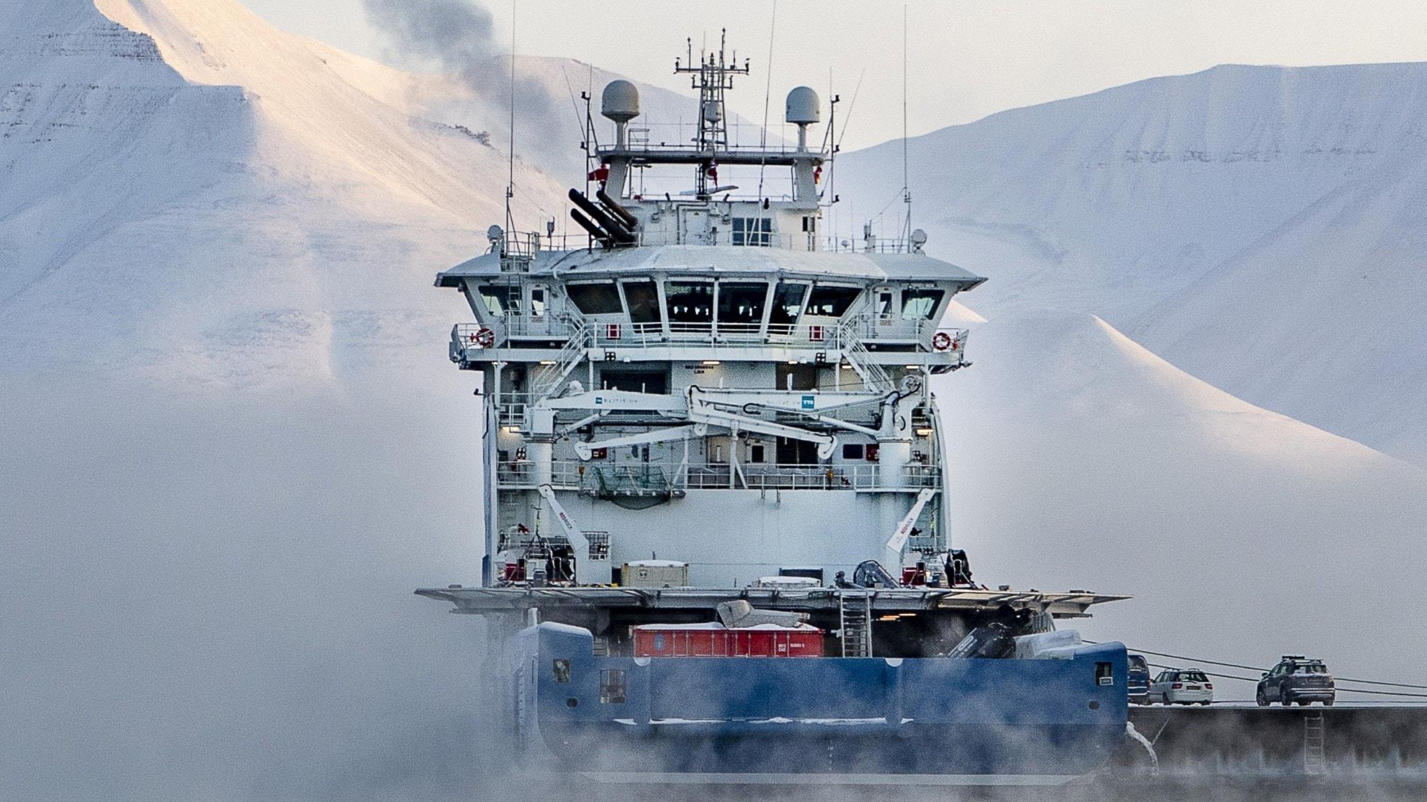 Bilfärja på Svalbard.
