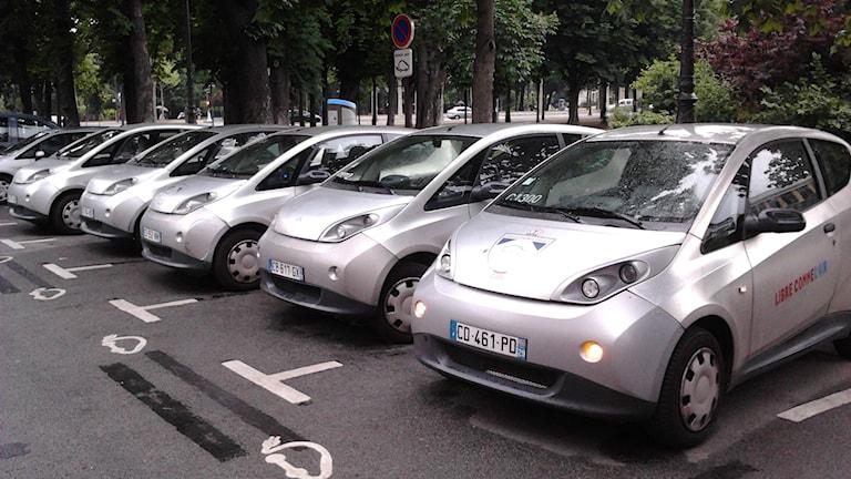 Autolibs elbilar på rad i Paris. Foto: Raphael Desrousiers (CC BY 2.0)
