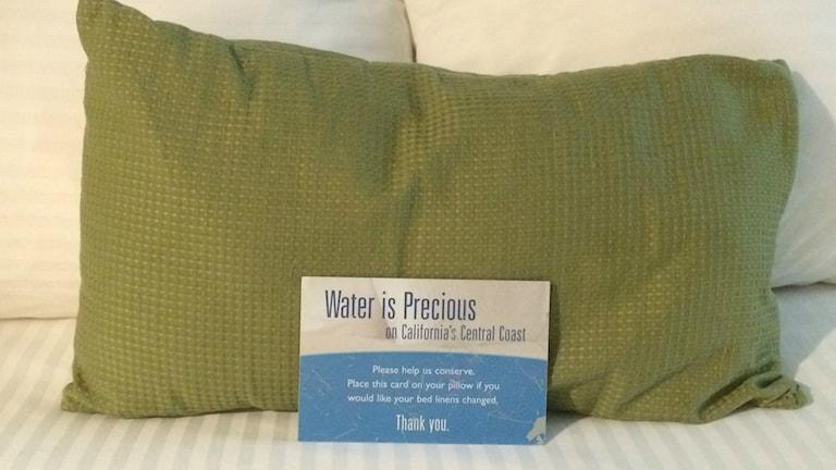 En diskret påminnelse på hotellet att spara vatten. Foto: Camilla Widebeck / Sveriges Radio