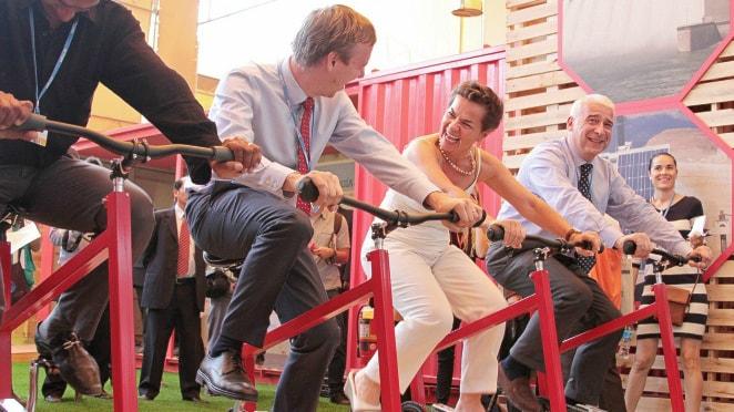 Christiana Figueres, chef för FN:s klimatkonvention UNFCCC cyklar glatt på med förhandlingskollegor under COP20-mötet i Lima. Foto: UNFCCC