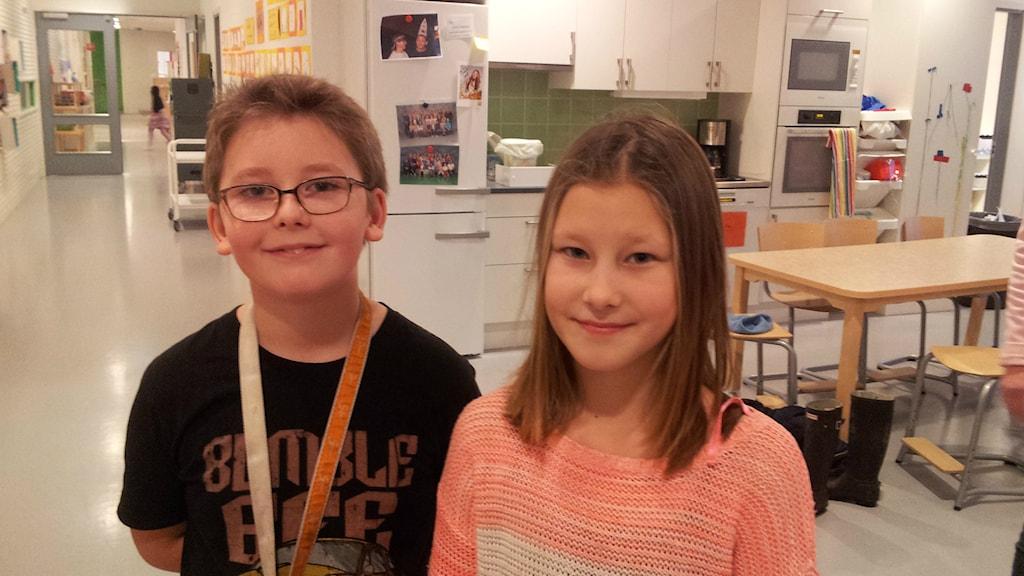 Teo Torbjörnsson och Elsa Birgersdotter-Eriksson levande värmekällor på Stadsskogenskolan i Alingsås. Foto: Björn Gunér/SR