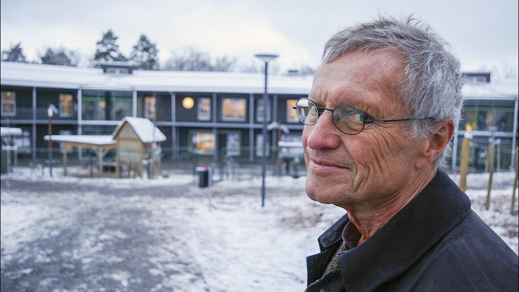 Hans Eek, arktitekt och passivhusguru, framför Stadsskogenskolan. Foto: Björn Gunér/SR