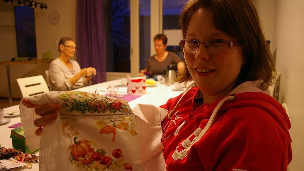 Elisabeth Andersson broderar på Brogårdens stickkafe. I bakgrunden Lena Andersson och Carina Corriere. De är mycket nöjda med renoveringen. Foto: Björn Gunér/SR.