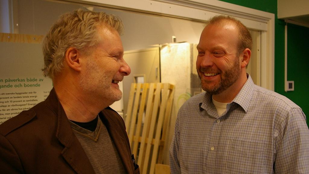 Kjell Hult, utvecklingschef i Alingsås, och Carlos Andersson, chef för Passivhuscentrum. Foto: Björn Gunér/SR