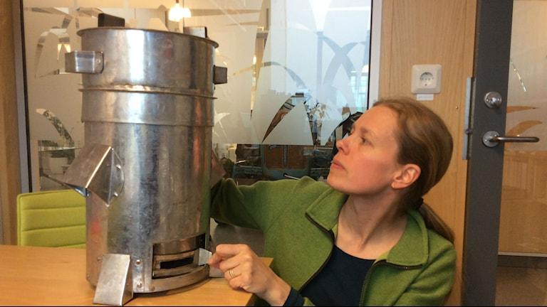 Cecilia Sundberg på SLU visar biokolspis