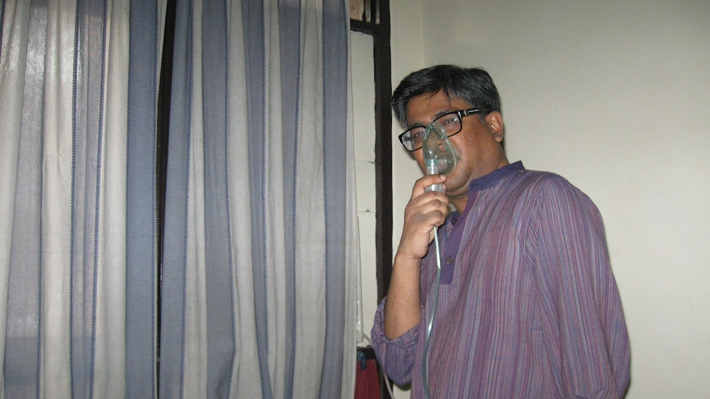 Kaushik Das Gupta måste regelbundet andas in kortison mot sin astma som förvärats av den smutsiga luften.. Foto:Johan Bergendorff