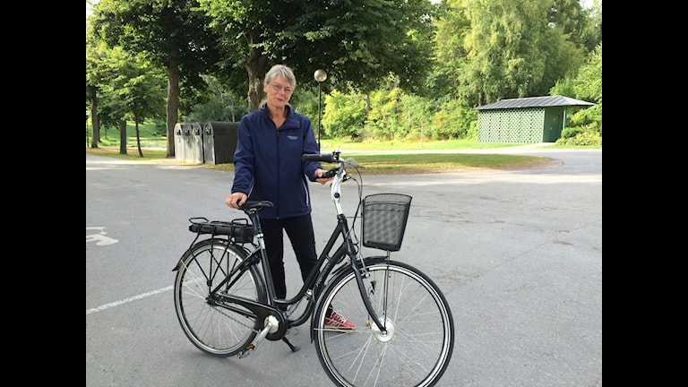 """Anna Richerts cykel ser ut som """"en vanlig tanthoj med batteri"""" Foto: Kristola/ SR"""