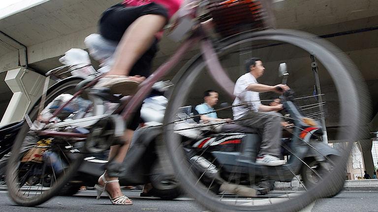 Kvinna på elcykel Foto: Eugene Hoshiko/TT