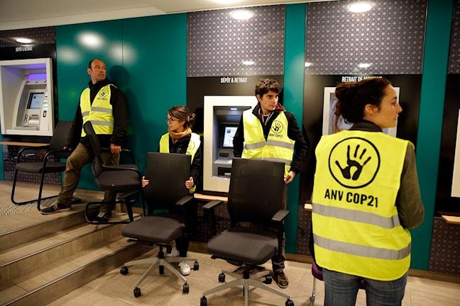 """Det är ännu osäkert om aktivister som dessa från """"Non violent action COP21"""" kommer att kunna närvara under klimatmötesveckorna i Paris. Foto: AP Photo/Christophe Ena"""