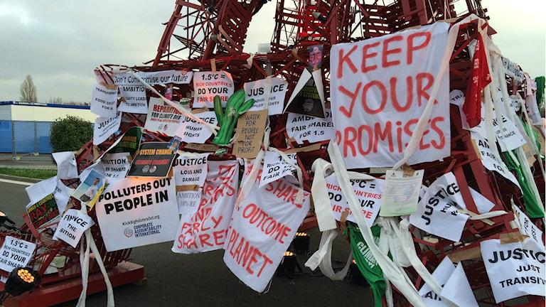Aktivister satte upp slagord på modell av Eiffeltornet under klimatmötet. Foto: Pelle Zettersten/SR