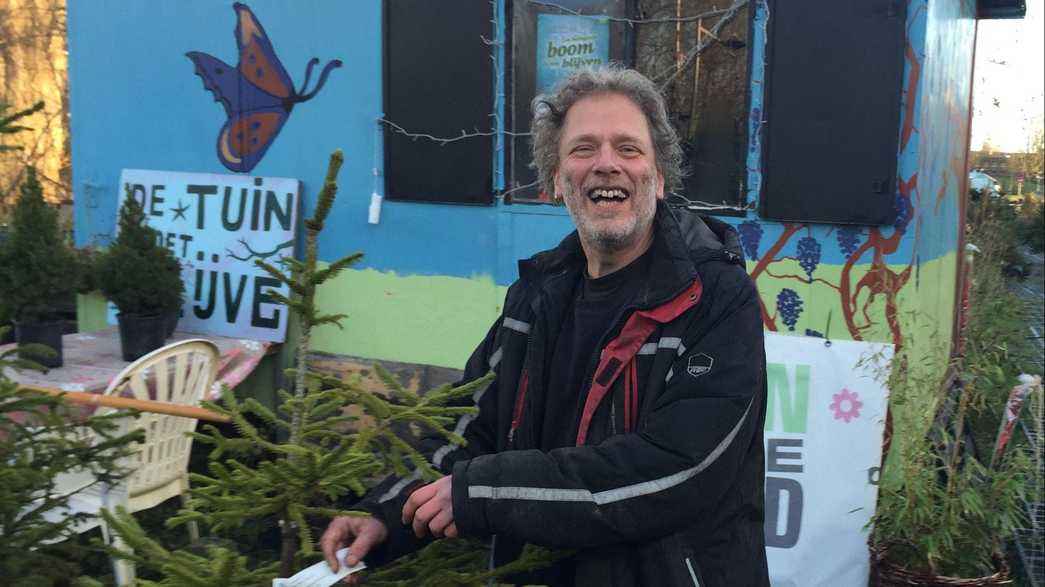 Frans Kerver i Nederländska Groningen säljer samma julgran till folk år efter år. Foto: Johan Bergendorff / Sveriges Radio