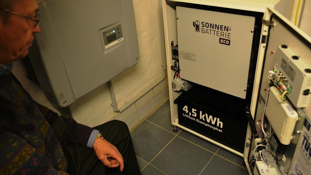 Egon Krage med sitt batteri för att lagra solel  Foto Marcus Hansson