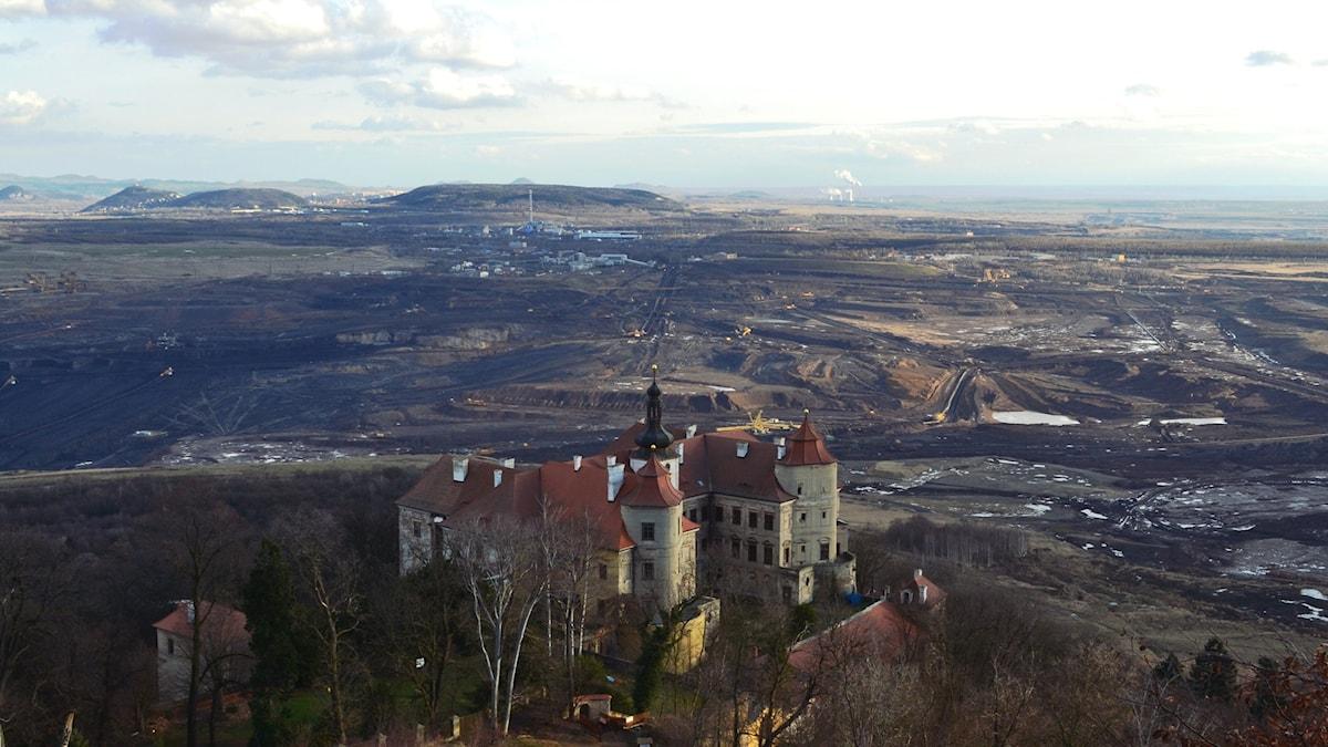 Slottet Jezeri i Tjeckienhotas av brunkolsfälten som breder ut sig. Foto Marcus Hansson.