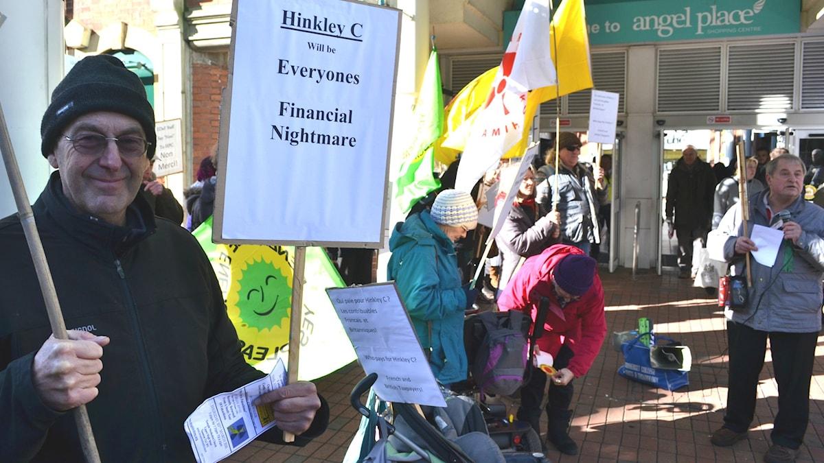 Antikärnkraftsdemonstranter utanför köpcentrum i Hinkley Point.