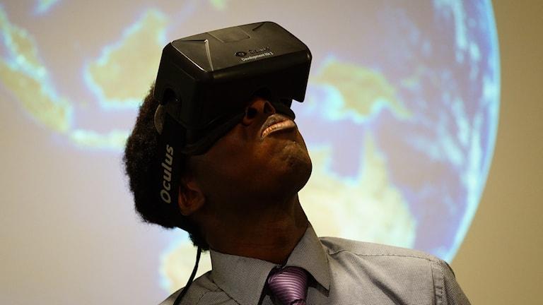 Man provar virtual reality glösögon under klimatmötet i Paris