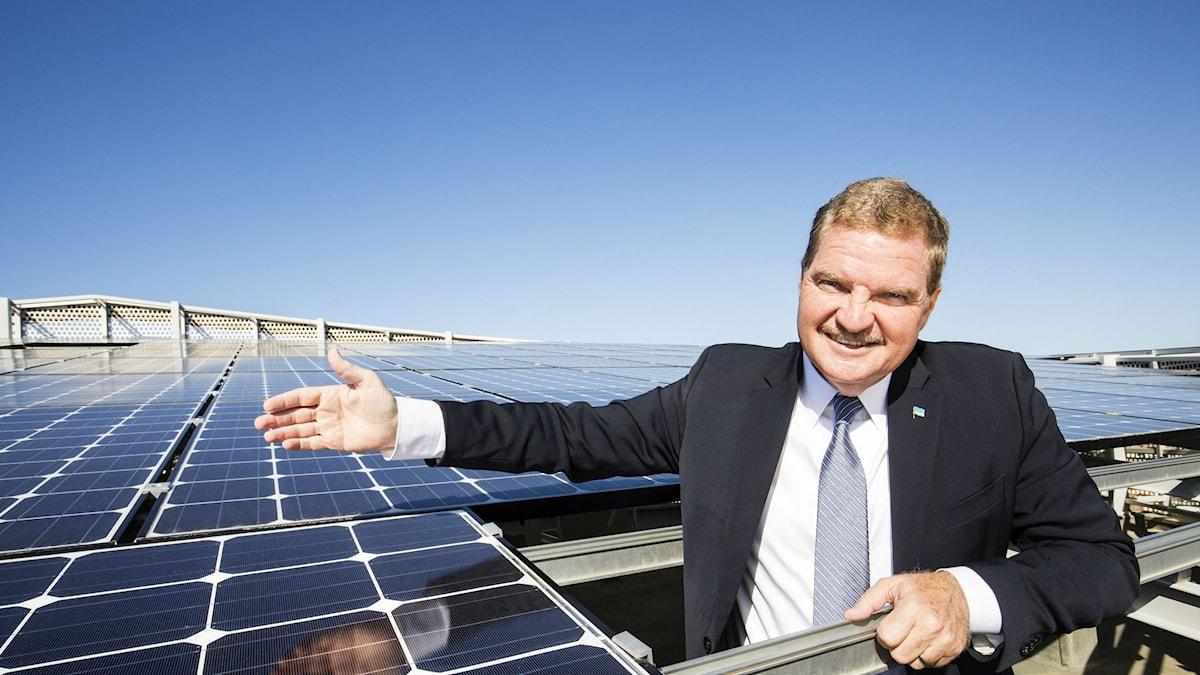Arubas premiärminister Mike Eman visar stolt upp nya solceller som installerats i Arubas huvudstad Oranjestad.