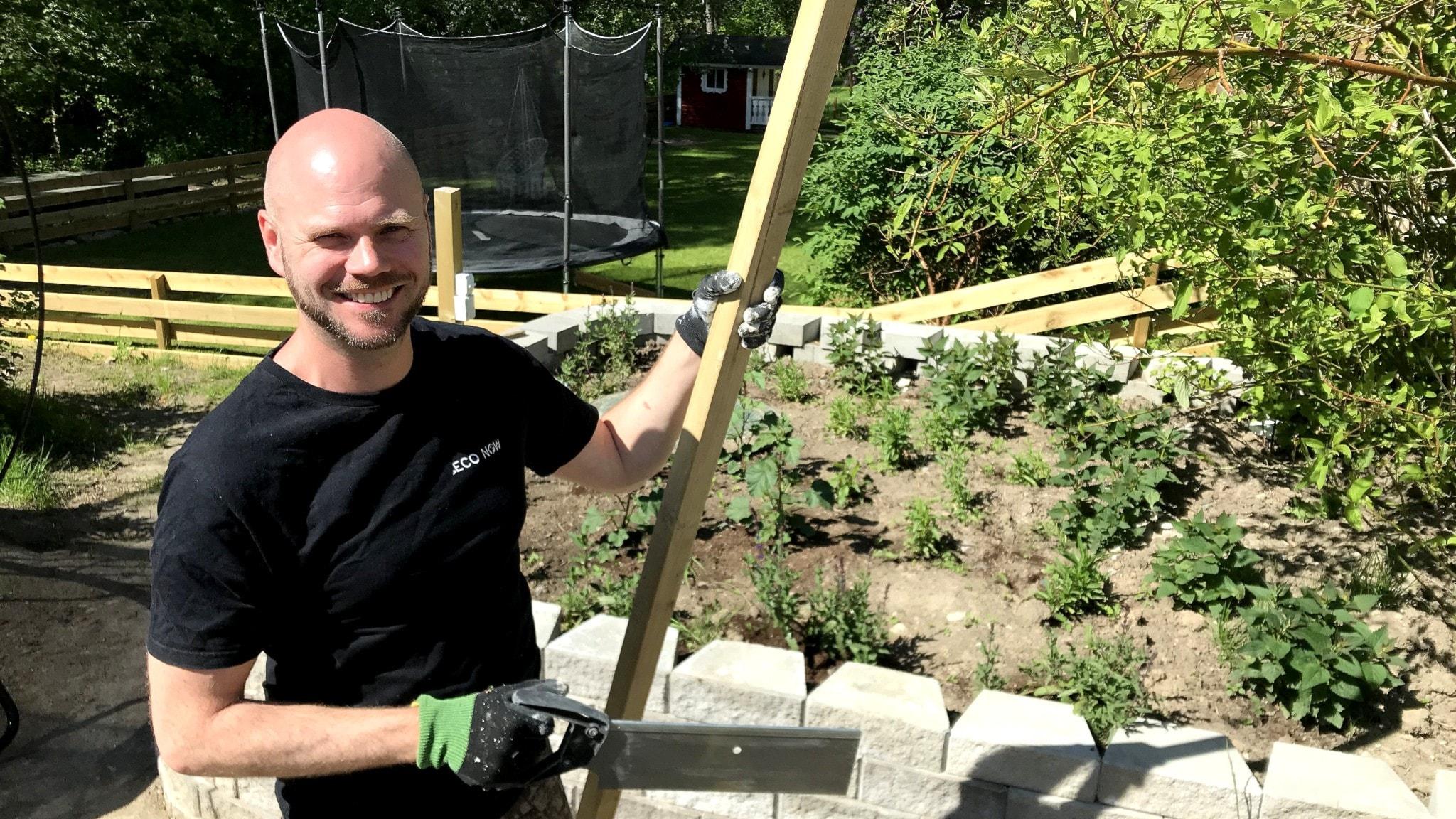 Miljökonsult Anders Hallström i Vallentuna utanför Stockholm bygger sin uteplats så hållbart som möjligt.