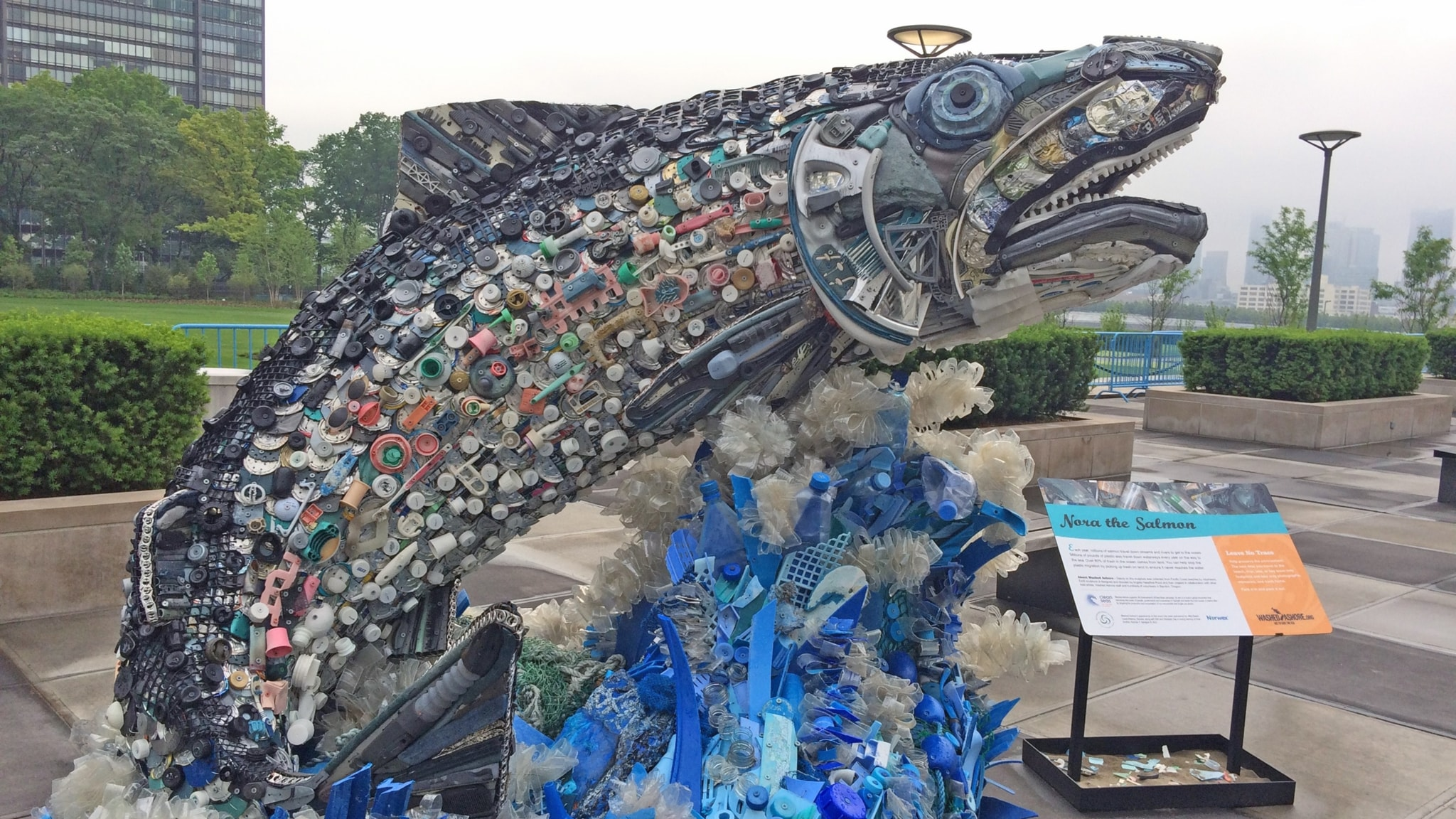Plastdelar formade till en stor fisk