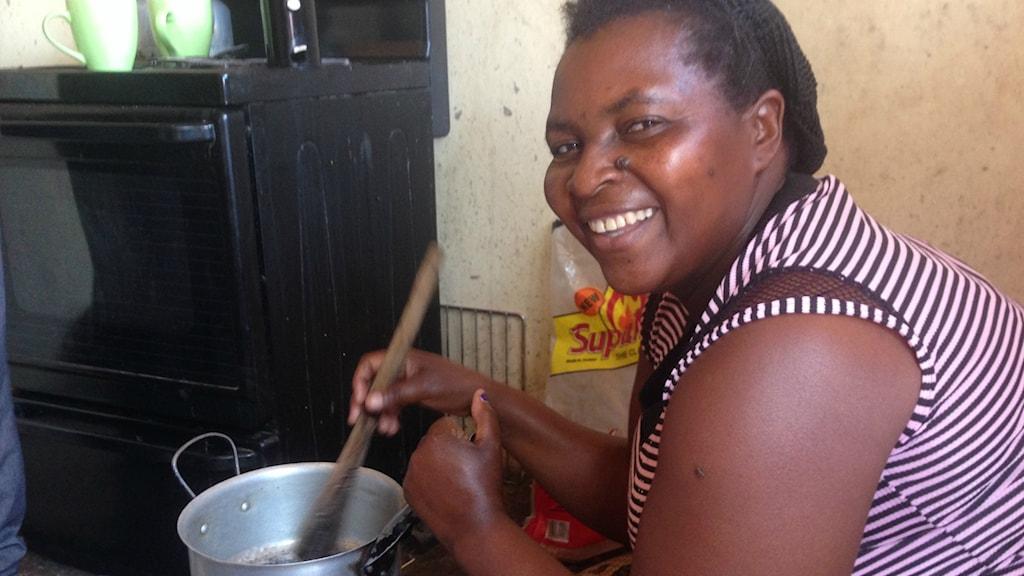 Emeria Tembo hemma i köket med sin nya pelletsspis.