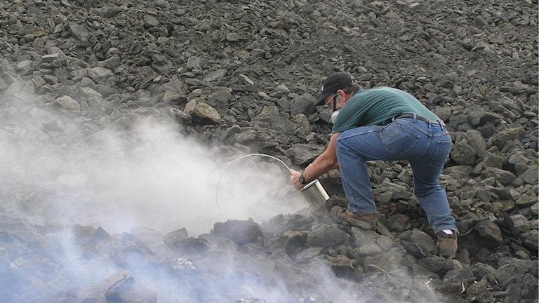 Professor Glenn Stracher tar prover från en brinnande kolgruva i Alabama.