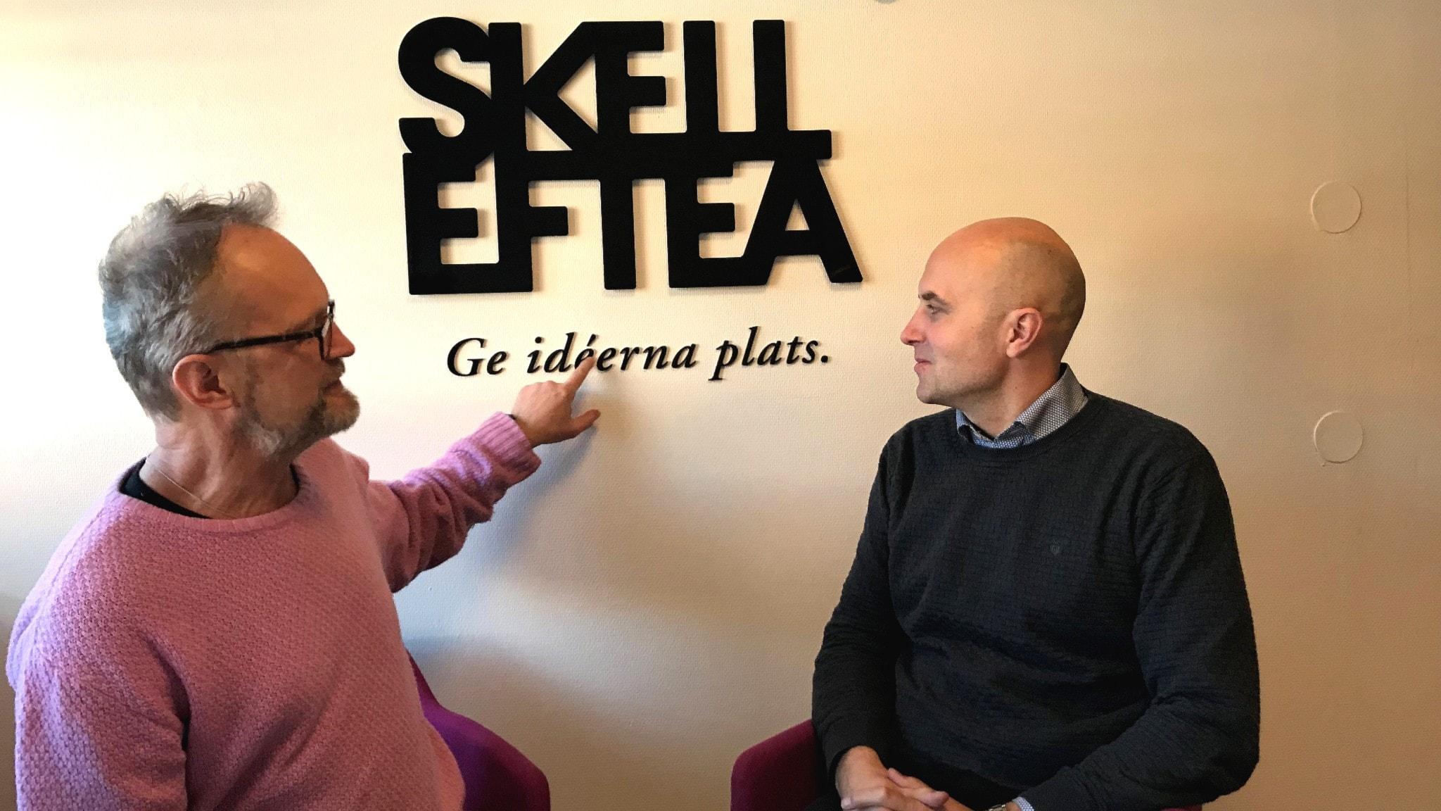 """Janne tv Krister th. Framför Skellefteå kommuns motto """" Ge idéerna plats"""""""