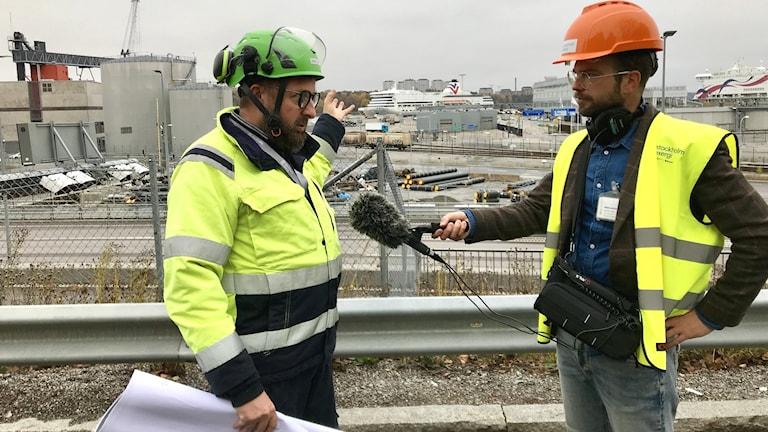 Klotets Niklas Zackrisson med forskningsansvarig Erik Dahlén vid platsen för den nya anläggningen som ska fånga in koldioxid från avgaserna efter förbränning i Värtaverket.