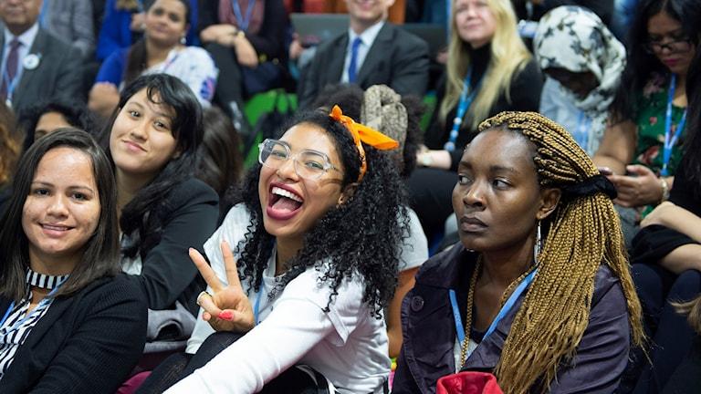 Unga kvinnor i en konferenssal.