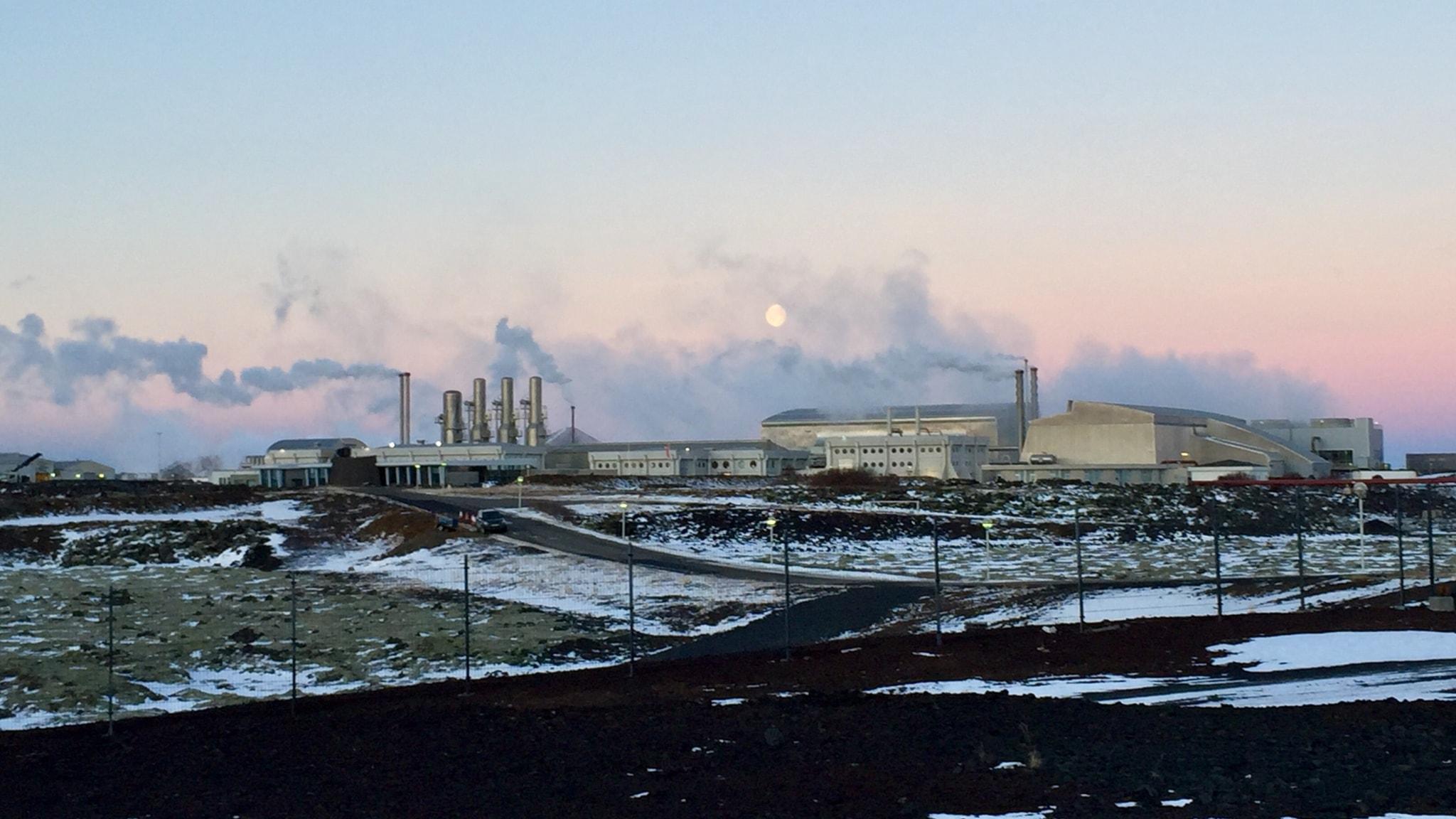 Ett kraftverk med många skorstenar.