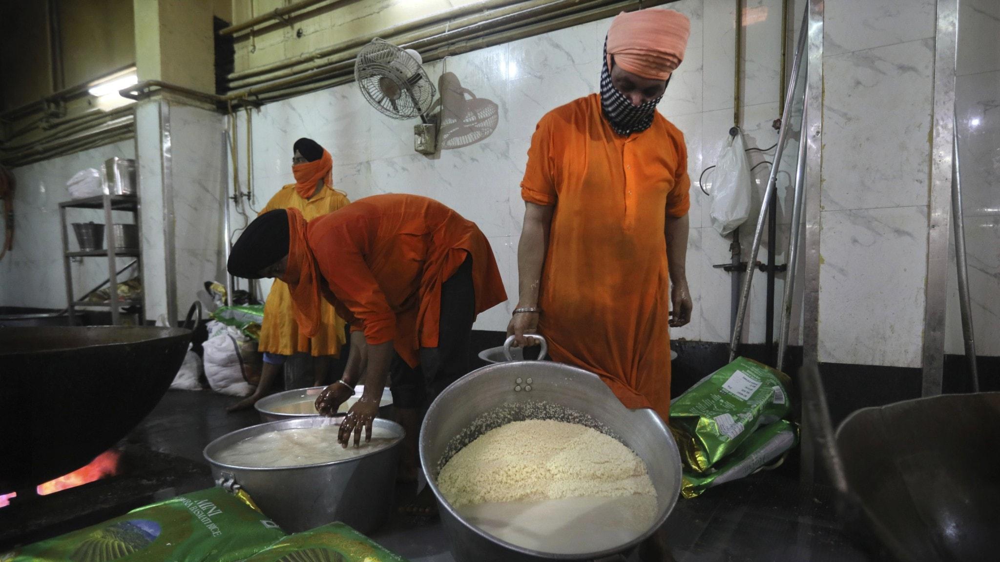 Personal i ett kök kokar ris.