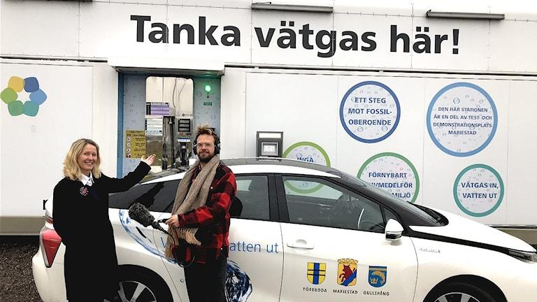 Utvecklingsstrategen Susanné Wallner vid Mariestads kommun tillsammans med Klotets reporter Niklas Zachrisson utanför vätgasmacken i Mariestad.