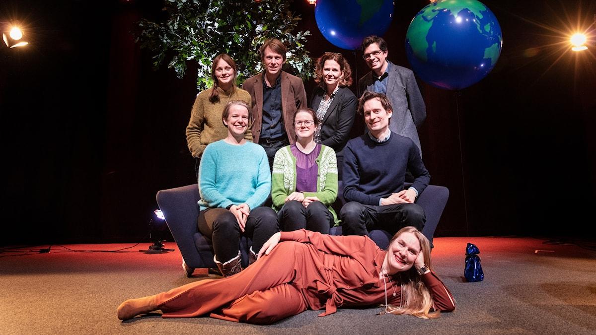 Sex klimatexperter och två programledare på en scen
