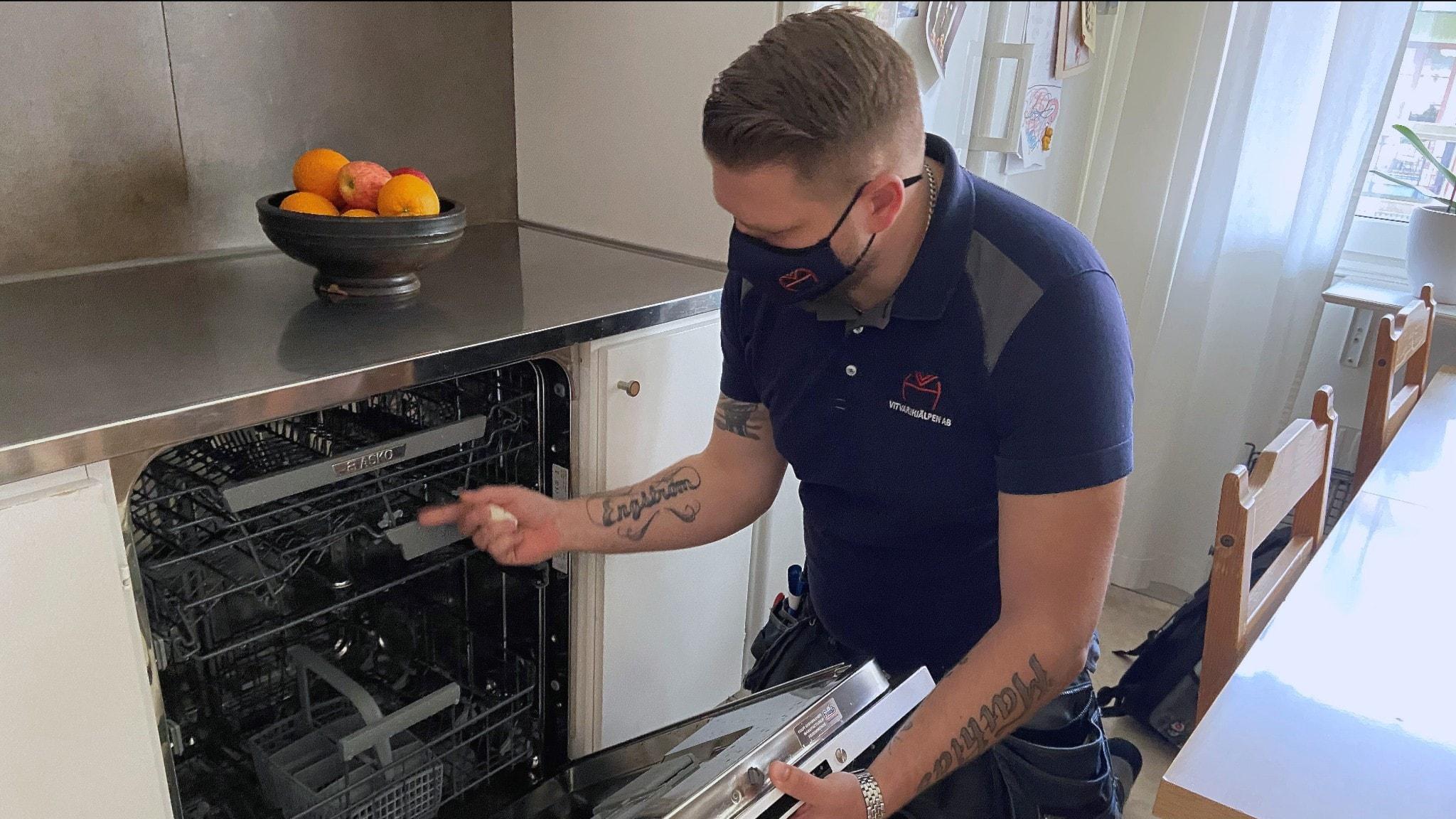 Reparatören Göran Engström undersöker en diskmaskin som börjat läcka bara några månader efter inköp.