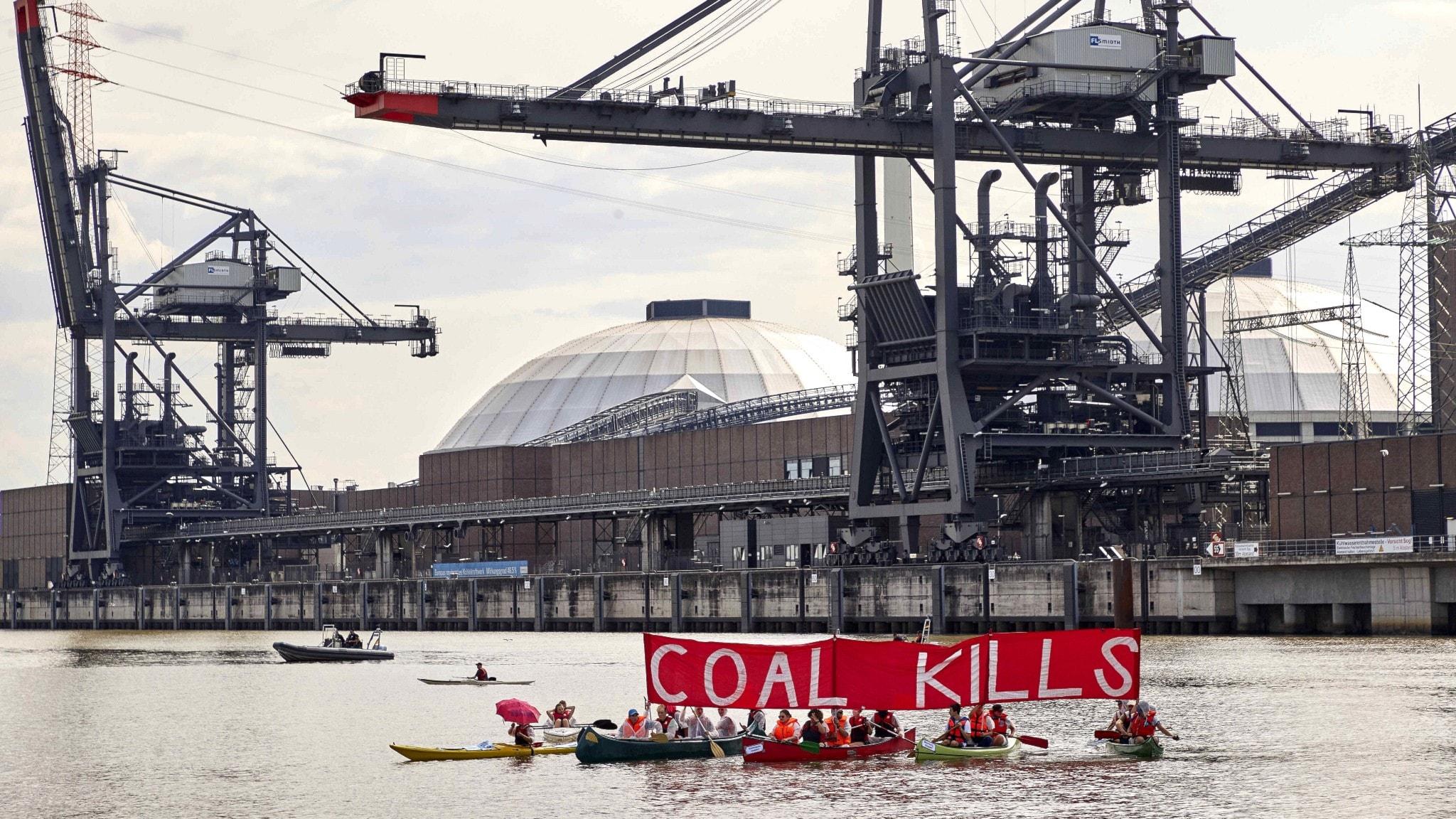 Demonstranter framför kolkraftverket Moorburg i Hamburg.